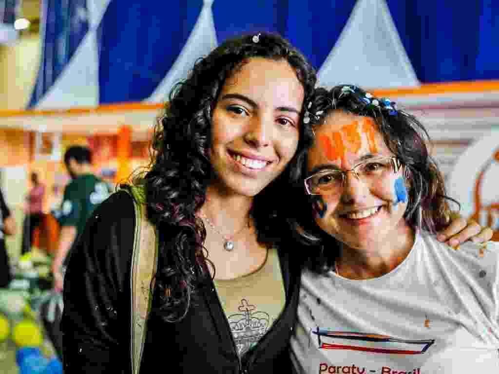 01.fev.2013 - Candidatos aprovados na primeira fase da Fuvest comemoram resultado na sede do curso Objetivo - Leandro Moraes/UOL
