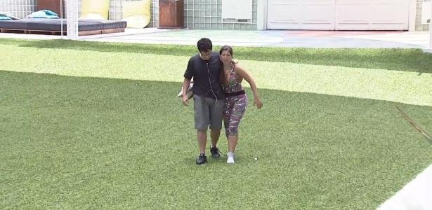 01.fev.2013 - Depois de resistirem quase 14 horas na prova, Ivan e Andressa caminham juntos pelo jardim