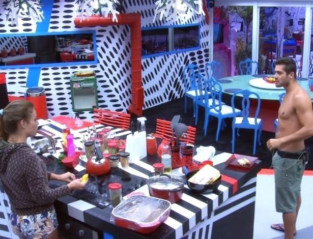 01.fev.2013 - Em clima de paz, Natália e Yuri brincam e preparam a comida na cozinha principal da casa