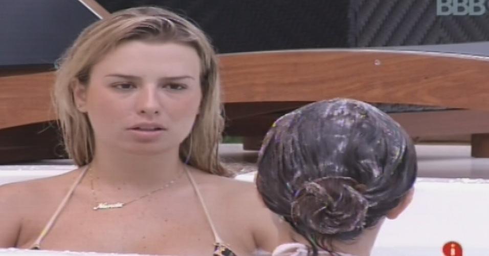 01.fev.2013 - Fernanda e Kamilla conversam sobre os relacionamentos dentro da casa