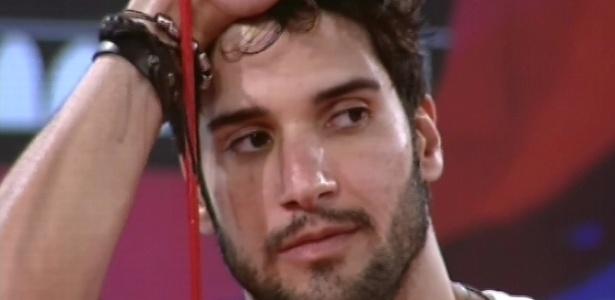 01.fev.2013 - Marcello começa a dar sinais de cansaço na madrugada desta sexta-feira