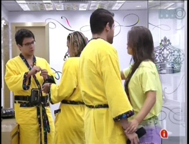 01.fev.2013 - Marien recebe em seu quarto Ivan, Andressa e Nasser