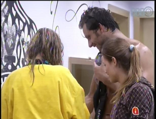 01.fev.2013 - Marien vê as fotos de seus familiares com Eliéser e Natália