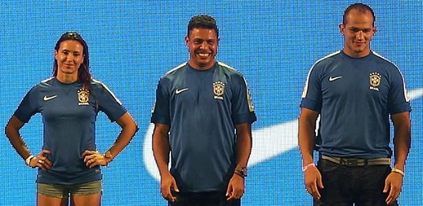 Ronaldo e outros esportistas participam da apresentação da camisa azul da seleção brasileira