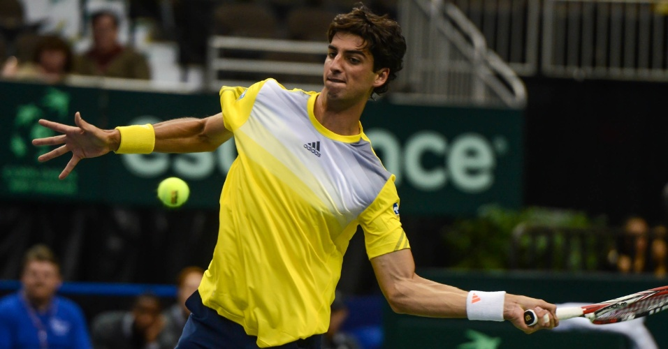 01.fev.2013 - Thomaz Bellucci dispara forehand durante duelo contra o norte-americano Sam Querrey pela Copa Davis