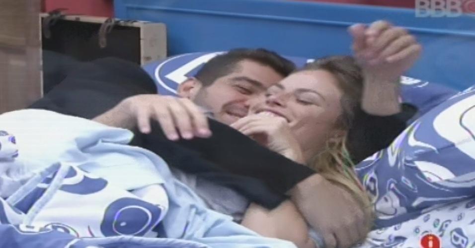01.fev.2013 - Yuri e Natália trocam carinhos no quarto Brechó