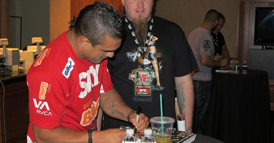 01.fev.2013-Vitor Belfort participa de uma sessão de autógrafos com fãs antes da pesagem do UFC 156
