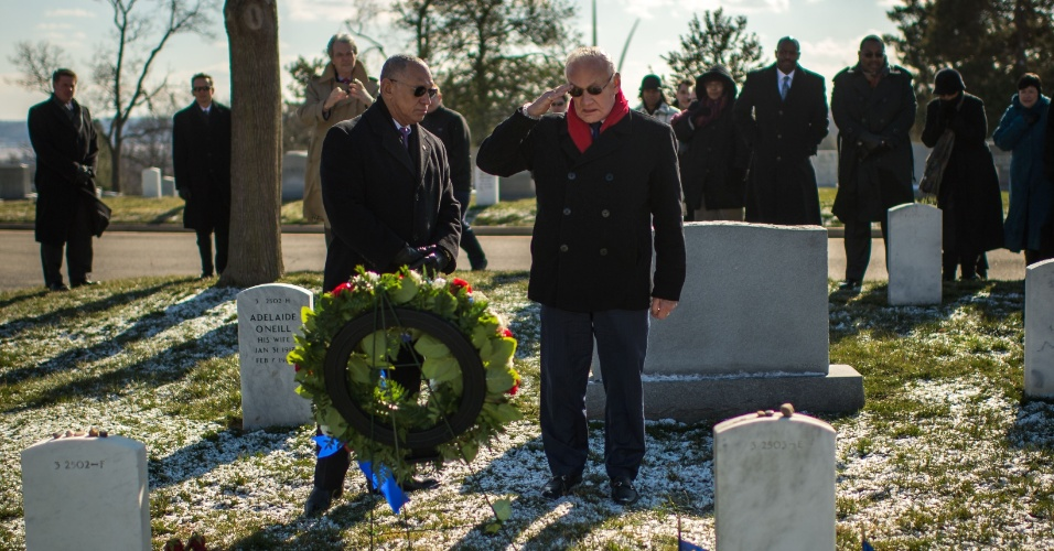1.fev.2013 - Edwin Buzz Aldrin, membro da histórica missão Apollo 11, presta sua homenagem aos astronautas mortos em missões espaciais da Nasa (Agência Espacial Norte-Americana), no cemitério militar de Arlington, na Virgínia, no leste dos Estados Unidos. A agência recorda nesta sexta-feira (1º) os dez anos do acidente com o ônibus espacial Columbia, que matou sete astronautas, assim como as tragédias da Apollo 1, de 1967, e do Challenger, de 1986