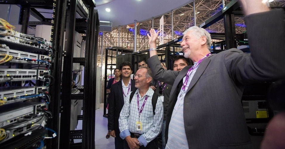 1.fev.2013 - José Fortunati (dir), prefeito de Porto Alegre, visitou a Campus Party Brasil na quinta-feira (31)