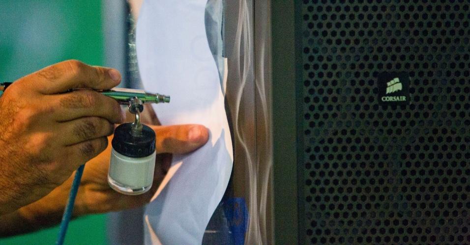 1.fev.2013 - O palestrante Palestrante Erik Macedo fez uma oficina para mostrar a técnica de aerografia. No contexto do evento nerd, esse tipo de pintura muda o visual dos PCs