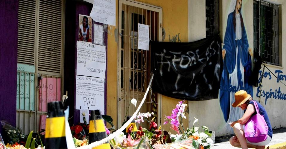 1º.fev.2013 - Pessoas continuam colocando flores e cartazes com mensagens em frente à Boate Kiss, em Santa Maria, em homenagem às vítimas do incêndio da madrugada do último domingo (27). Mais de 230 pessoas morreram na tragédia