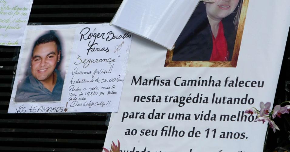 1º.fev.2013 - Pessoas deixam mensagens em memorial em frente à Boate Kiss, em Santa Maria, em homenagem às vítimas do incêndio da madrugada do último domingo (27). Mais de 230 pessoas morreram na tragédia