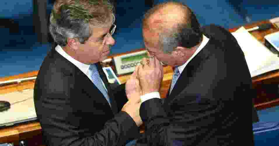 1º.fev.2013 - Senadores Jorge Viana (PT-AC) e Renan Calheiros (PMDB-AL) se cumprimentam no plenário, durante sessão deliberativa ordinária para escolha do novo presidente da Casa - Alan Marques/Folhapress