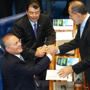 Senadores Renan Calheiros (PMDB-AL), Eduardo Braga (PMDB-AM; sentados) e Inácio Arruda (PCdoB-CE) se cumprimentam no plenário durante sessão que elegeu Calheiros presidente da Casa novamente - Alan Marques/Folhapress