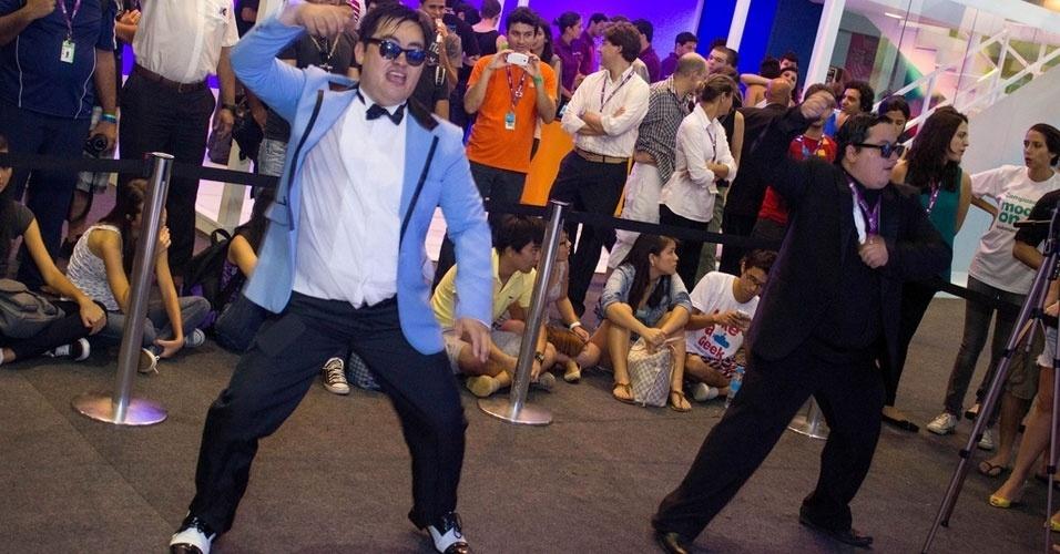 1.fev.2013 - Sósias do cantor sul-coreano Psy, de ''Gangnam Style'', se apresentam no evento. À direita, o diretor comercial Andrigo Cremiatto, 28, que foi à Campus Party para aprender como tornar contínuo o sucesso de seus vídeos na internet. Com uma paródia (constrangedora) de ''Gangnam Style'', ele diz ter conseguido aumentar seu faturamento em 400% em janeiro. Clique em MAIS para ler a história completa. Foto foi tirada na quinta-feira (31)