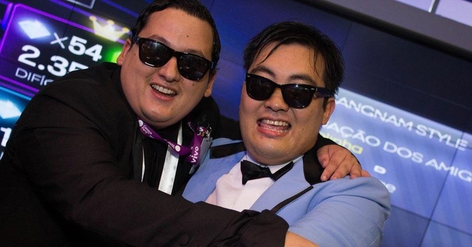 1.fev.2013 - Sósias do cantor sul-coreano Psy, de ''Gangnam Style'', se apresentam no evento. À esquerda, o diretor comercial Andrigo Cremiatto, 28, que foi à Campus Party para aprender como tornar contínuo o sucesso de seus vídeos na internet. Com uma paródia (constrangedora) de ''Gangnam Style'', ele diz ter conseguido aumentar seu faturamento em 400% em janeiro. Clique em MAIS para ler a história completa. Foto foi tirada na quinta-feira (31)
