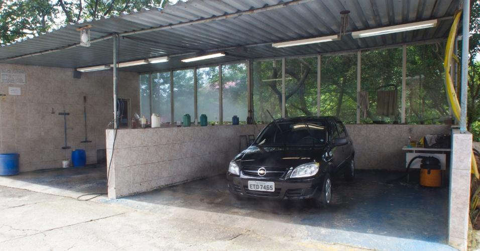 1º.fev.2013 - Um lava-rápido operado pelos detentos foi montado no pátio externo. Qualquer um pode deixar o carro para ser limpo no local, basta fazer um cadastro na recepção do presídio