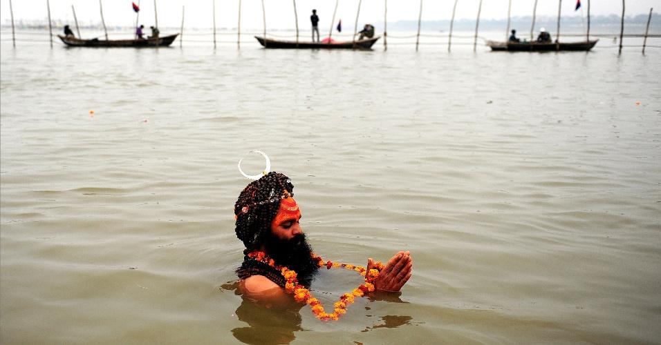 """31.jan.2013 - Um indiano sadhu - homem sagrado - mergulha no """"Sangam"""", como é chamada a confluência dos rios Ganges, Yamuna e Saraswati, em Allahabad (Índia). A cidade espera 100 milhões de peregrinos ao longo dos 55 dias do festival Maha Kumbh Mela, a maior festividade religiosa do mundo"""