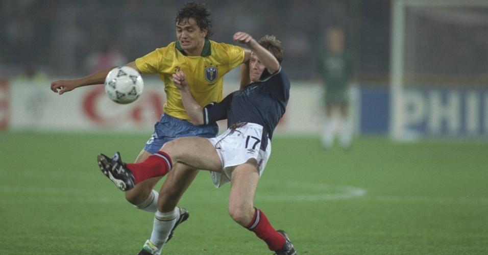 Branco durante lance da Copa do Mundo de 1990, contra a Escócia
