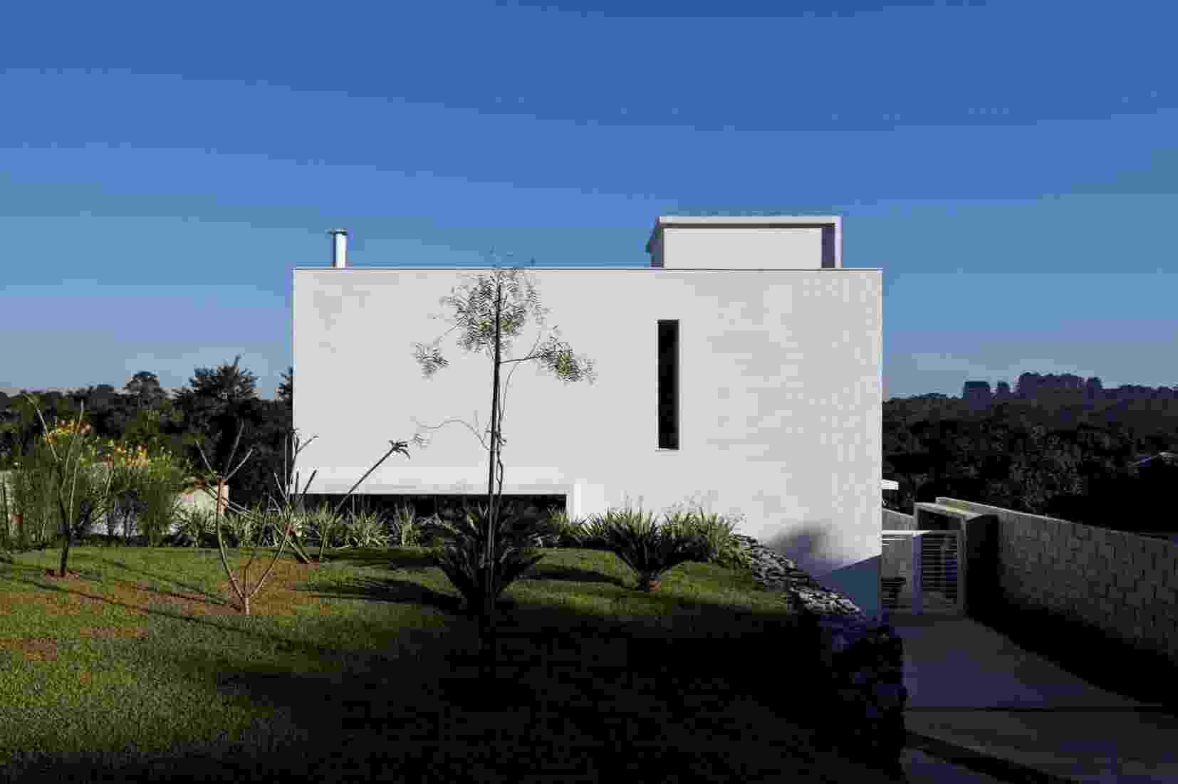 A Casa do Moinho, projetada pela arquiteta Nora Queiroz, é um cubo branco com 190 m² de base onde se destacam os esbeltos rasgos verticais que permitem a entrada de luz natural - Leonardo Finotti/ Divulgação