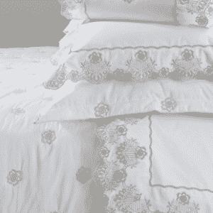 Composto por jogo de lençol, colcha, duvet e acessórios (almofadas e rolos), o modelo Orvietto, da linha Prima Classe, é feito de algodão egípcio 300 fios. Os detalhes do produto da Trussardi (www.trussardi.com.br) são inspirados nos palácios do norte da Itália. O jogo de lençol, tamanho queen, sai por R$ 1.723 e a colcha, também no tamanho queen, por R$ 2.019 I Preços pesquisados em janeiro de 2013 e sujeitos a alterações - Divulgação