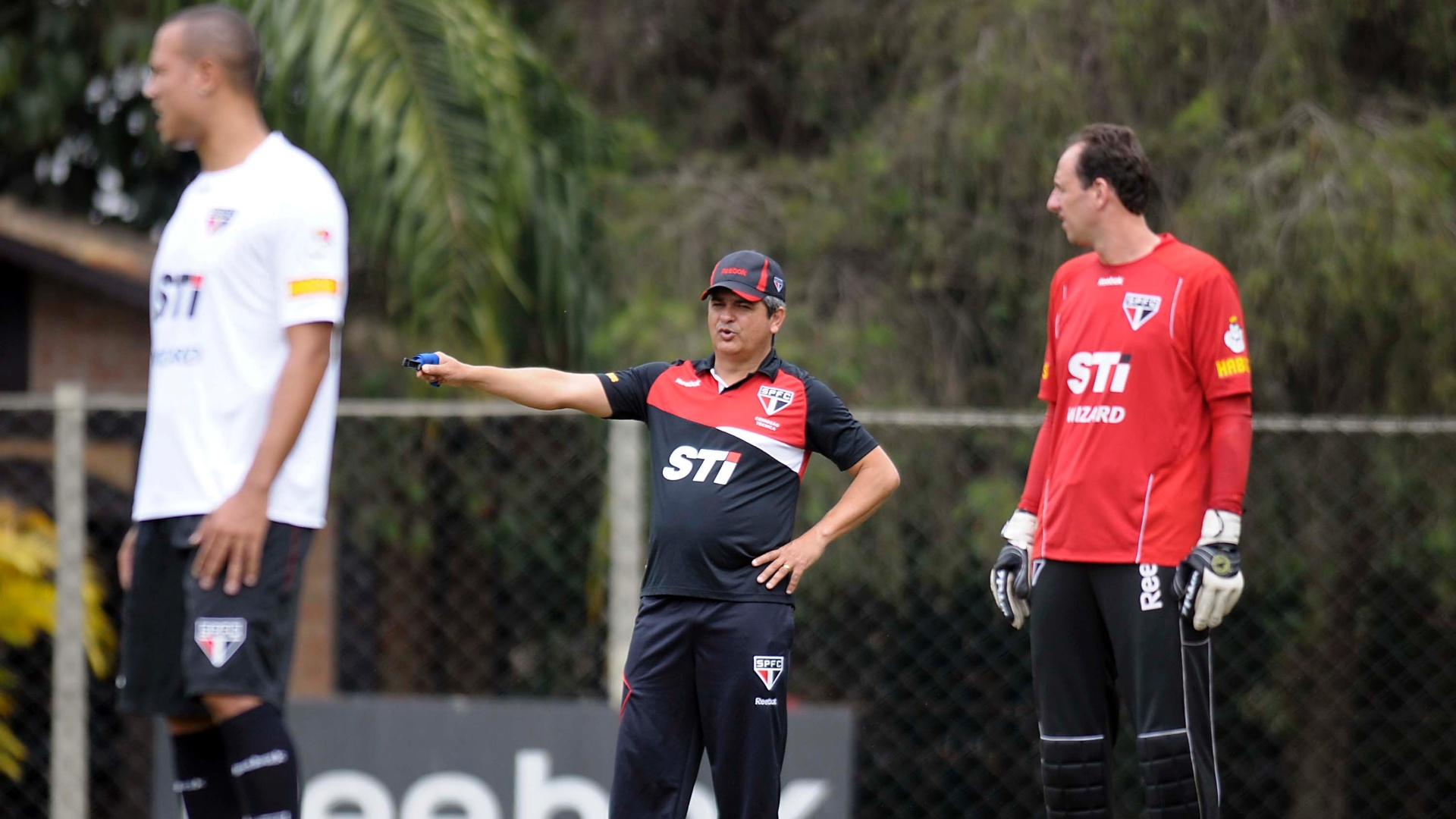 Ney Franco dá ordens no treino do São Paulo sob a observação de Rogério Ceni