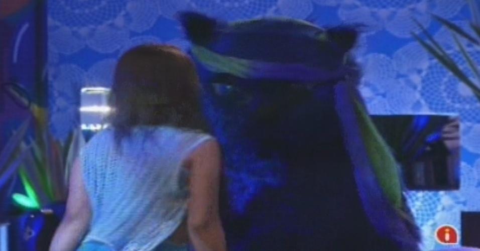 02.fev.2013 - Andressa dança com o gato azul