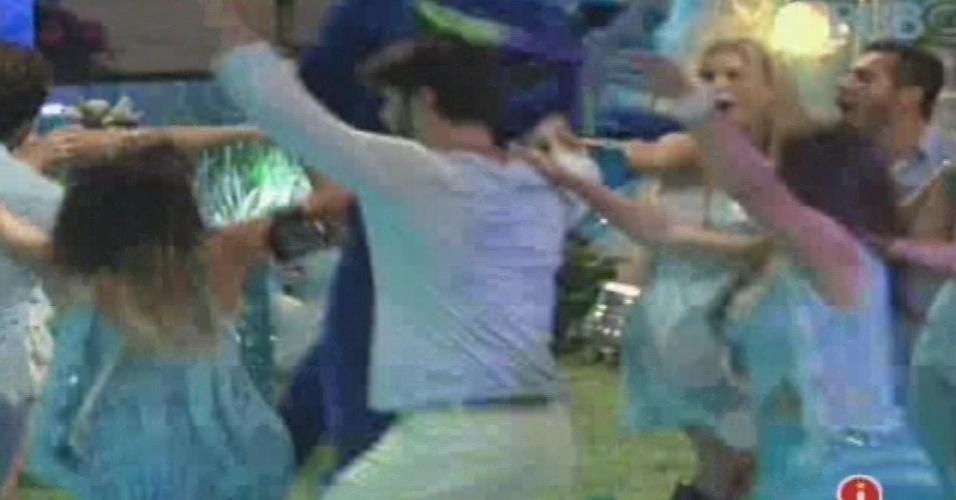 """02.fev.2013 - Brother formam um """"trenzinho"""" na pista de dança, na companhia do gato azul"""