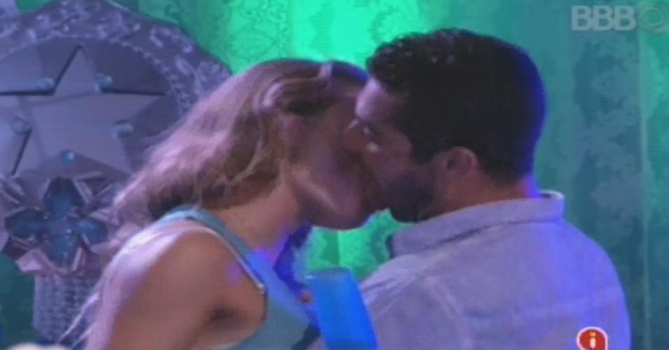 02.fev.2013 - Natália e Yuri trocam beijos quentes durante a festa na casa do