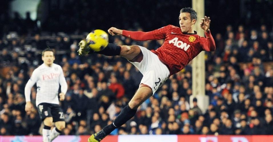 02.fev.2013 - Robin Van Persie, do Manchester United, tenta o voleio na partida contra o Fulham, em Londres, pelo Campeonato Inglês