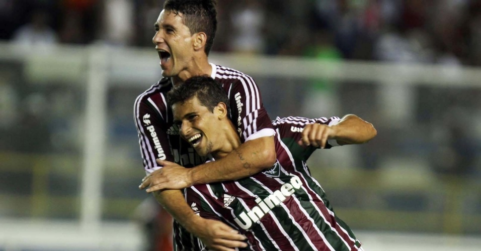 02.fev.2013- Autor do primeiro gol do Fluminense contra o Quissamã, Jean comemora com Thiago Neves