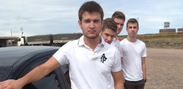 Lucas Barros de Souza (à frente), 19, na estrada em Julio de Castilhos (RS), a caminho da missa de 7º dia da namorada Paula Gatto, que morreu no incêndio da boate Kiss, em Santa Maria (RS) - Renan Antunes de Oliveira/UOL