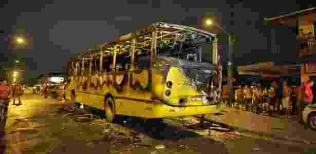 Pessoas observam ônibus queimado em Joinville (SC). Foi o primeiro ataque do tipo na cidade - Pena Filho/Agência RBS