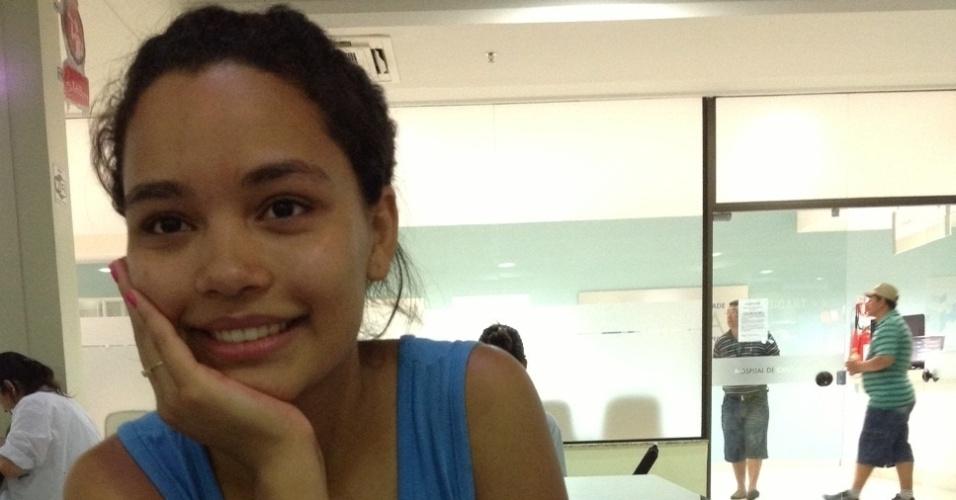 """2.fev.2013 - A estudante Caroline Canzian,18, é voluntária no Hospital de Caridade, em Santa Maria (RS), onde estão internados algumas das vítimas da tragédia na boate Kiss. Ela disse que entrou no voluntariado """"como forma de ajudar as famílias"""""""