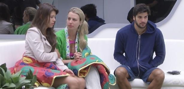 2.fev.2013 - Andressa, Fernanda e Marcello se levantam e comentam sobre os sonhos que tiveram durante a noite
