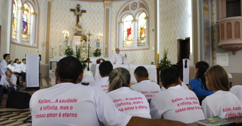 2.fev.2013 - Centenas de pessoas se reuniram na tarde deste sábado na Igreja Nossa Senhora das Dores, em Santa Maria (RS), para assistir à missa de sétimo dia em homenagem às vítimas da tragédia na boate Kiss