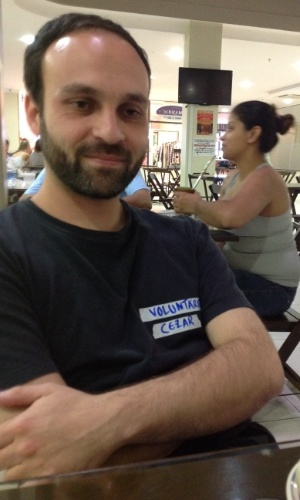 """2.fev.2013 - Cesar Vieira, 30, coordenador informal das equipes do Caridade, é um dos voluntários que apoiam e auxiliam os parentes das vítimas do incêndio na boate Kiss, em Santa Maria (RS), que estão internados no Hospital de Caridade, em Santa Maria (RS). """"Ainda somos necessários. Ha casos de pessoas que estão com os pacientes que só vão se lembrar de comer uma barrinha de cereais quando a gente oferece"""", disse"""