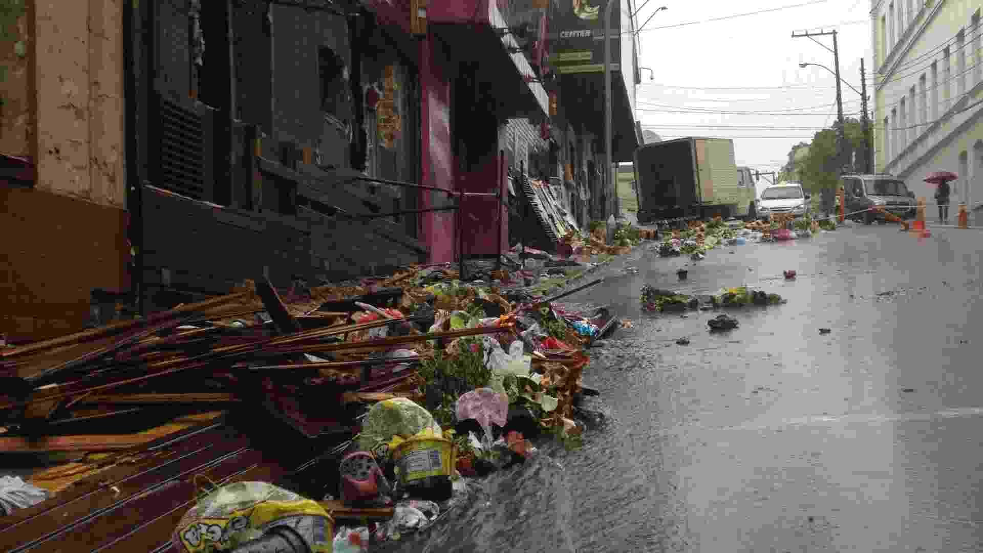 2.fev.2013 - Chuva forte que  atingiu  Santa Maria (RS) estragou cartazes e derrubou vazos de flores depositados  em frente à boate Kiss, em homenagem às vítimas da tragédia que matou mais de 230 pessoas - Lucas Azevedo/UOL