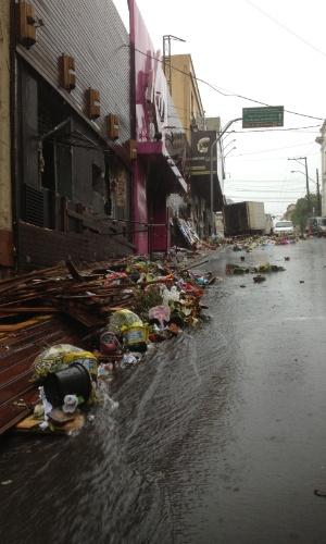 2.fev.2013 - Chuva forte que  atingiu  Santa Maria (RS) estragou cartazes e derrubou vasos de flores depositados  em frente à boate Kiss, em homenagem às vítimas da tragédia que matou mais de 230 pessoas