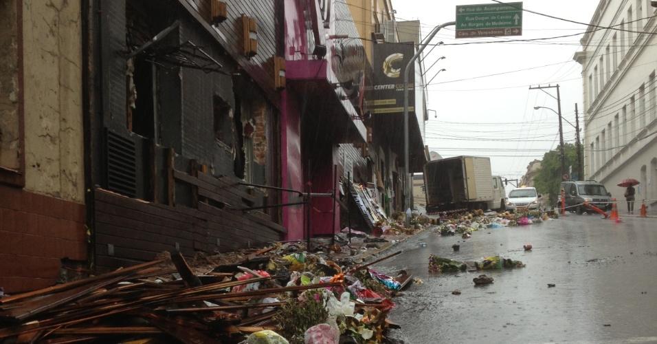 2.fev.2013 - Chuva forte que atingiu Santa Maria (RS) estragou cartazes e derrubou vazos de flores depositados em frente à boate Kiss, em homenagem às vítimas da tragédia que matou mais de 230 pessoas