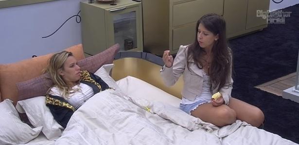 2.fev.2013 - Depois de tomarem café da manhã, Marien e Andressa retornam para a cama no quarto da líder