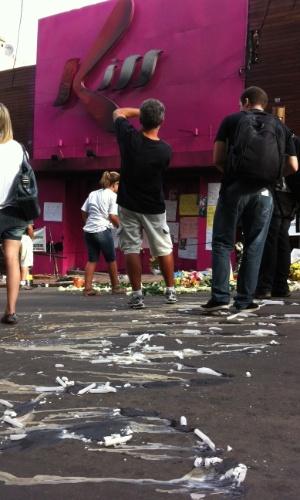 2.fev.2013 - Familiares homenageam mortos em frente à boate Kiss na tarde deste sábado (2) em Santa Maria (RS). Uma forte chuva na cidade cancelou uma vigília que estava marcada para acontecer no local da tragédia