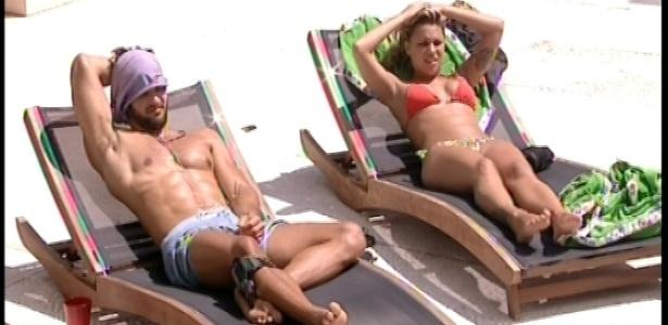 2.fev.2013 - Marcello e Marien tomam sol juntos na piscina