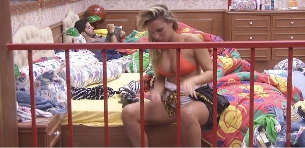 2.fev.2013 - Marien se descuida enquanto troca o bíquini e mostra um pouco do peito