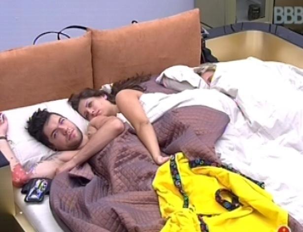 2.fev.2013 - Nasser e Andressa dormiram juntos com Marien no quarto do líder
