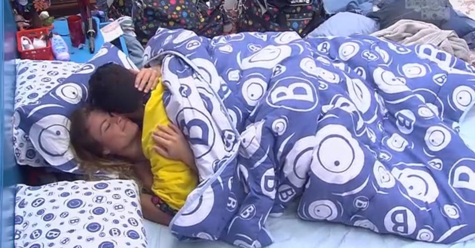 2.fev.2013 - Natália e Yuri trocam carinhos no quarto Brechó