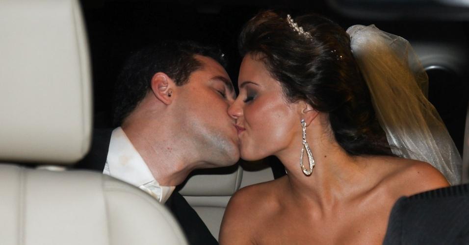 2.fev.2013 - O nadador Thiago Pereira e a advogada Gabriela Pauletti se beijam na Igreja Santo Ivo, na região do parque do Ibirapuera, em São Paulo
