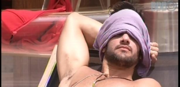 2.fev.2013 - O personal Marcello aproveita para se bronzear em dia de sol quente