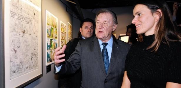 O pai de Asteriz, Albert Uderzo, fala com a Ministra da Cultura da França, Aurélie Filippetti, durante o abertura da 40ª edição do Festival Internacional de Histórias em Quadrinhos de Angoulême, no Oeste da França - AFP