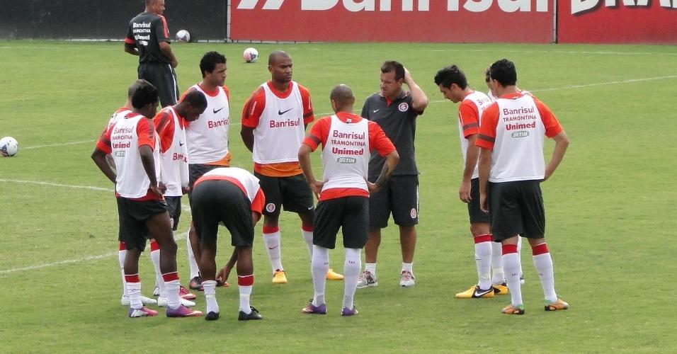 Dunga reuniu a equipe que deve começar o Gre-Nal antes do treino para passar instruções (02/02/2013)